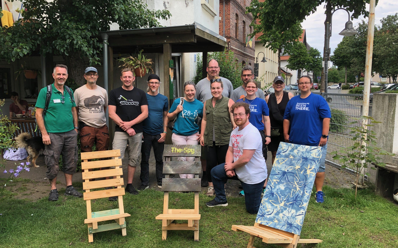 Mitarbeiterin aus dem Geocachin HQ genießt die GeoTour Paderborner Land